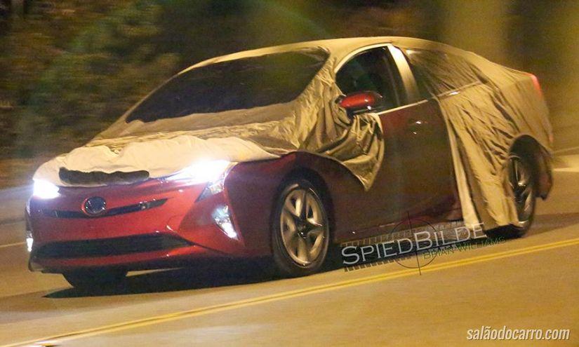Novo Toyota Prius é flagrado sem disfarces