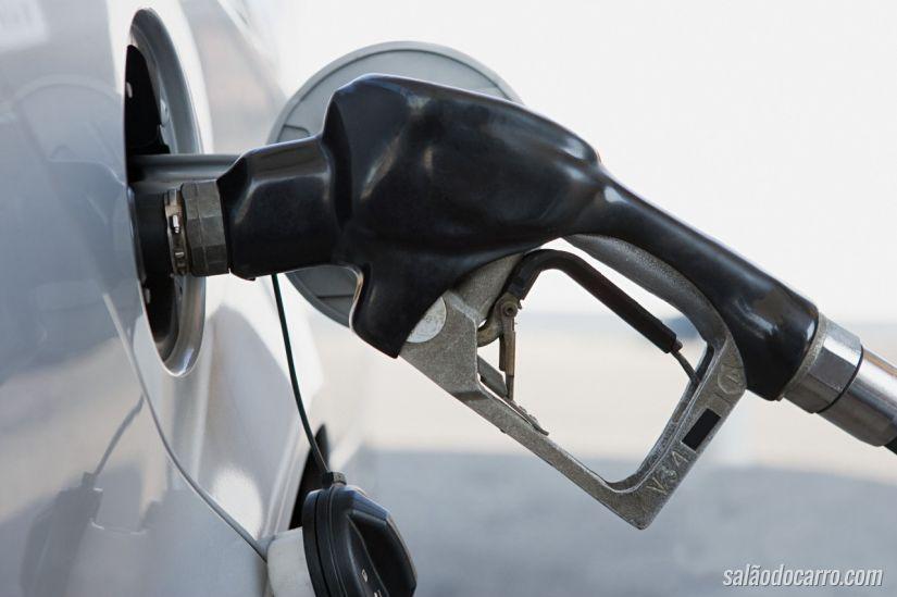 Gasolina tem queda após 3 semanas seguidas de alta