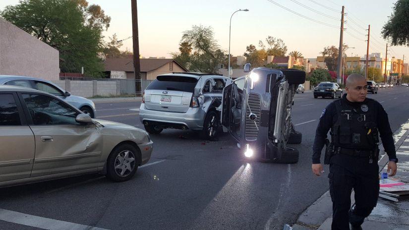 Veículo autônomo do Uber tomba durante testes