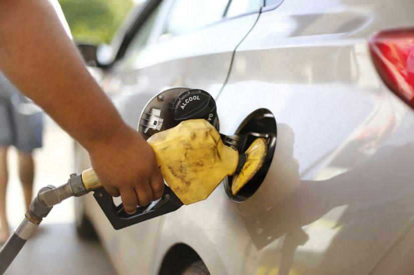 Preço médio da gasolina cai para os consumidores