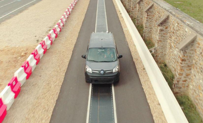 Empresa apresenta tecnologia de recarga de carros elétrico em movimento