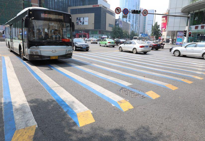 China lança faixa de pedestre em 3D