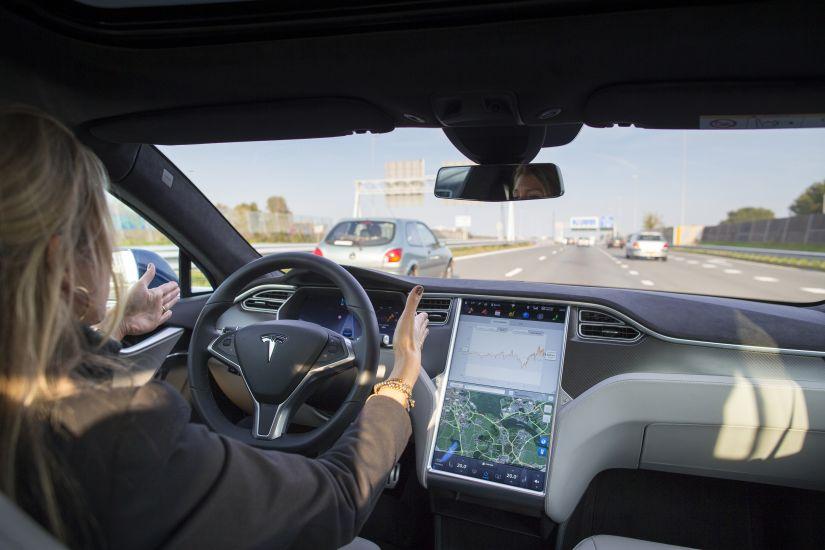 Tesla vai disponibilizar atualização do Autopilot para direção autônoma completa