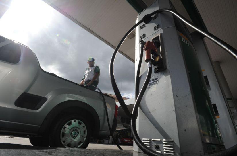 ANP afirma que preço da gasolina segue em queda no Brasil