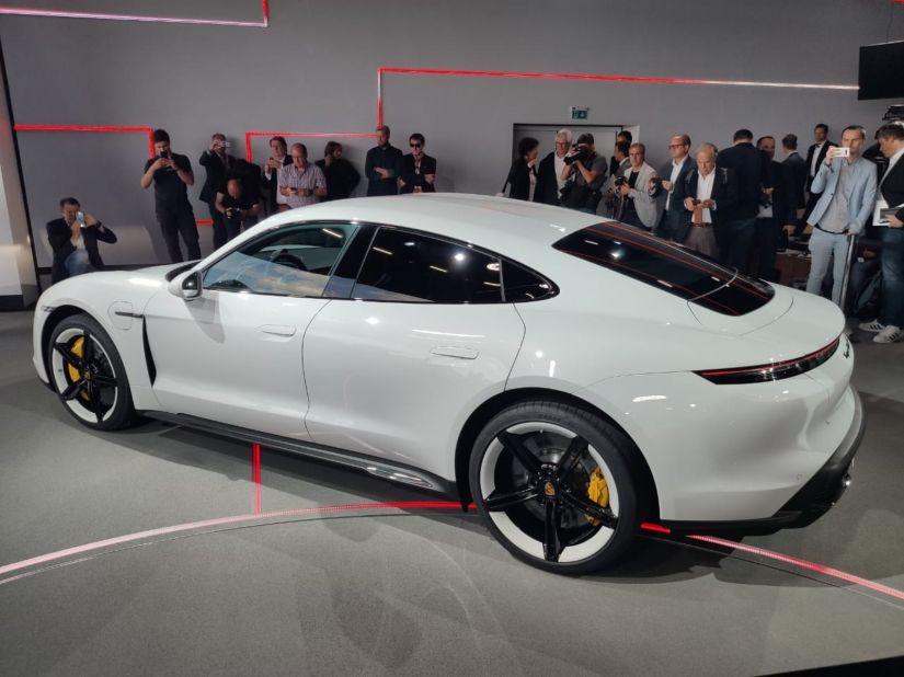 Porsche lança seu primeiro veículo elétrico